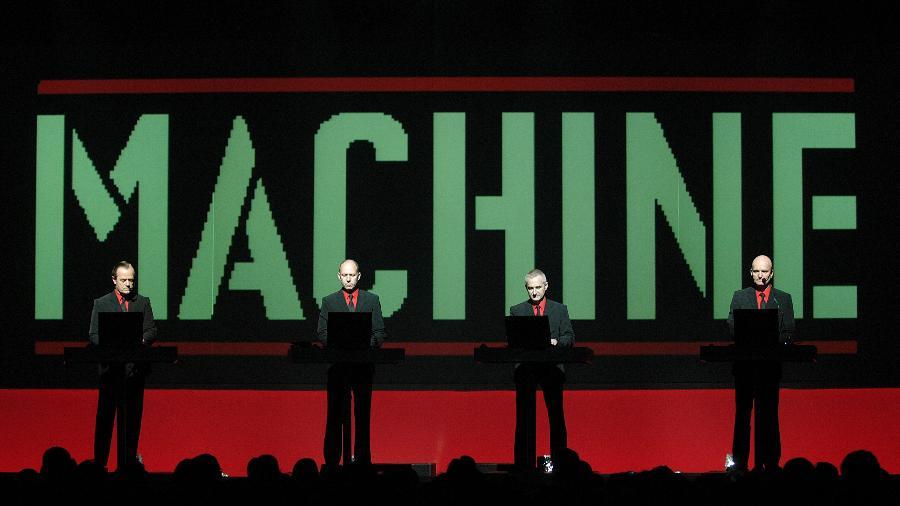 A banda Kraftwerk em show em 2004: Ralf Huetter, Fritz Hilpert, Henning Schmitz e Florian Schneider - Stefan M. Prager/Redferns
