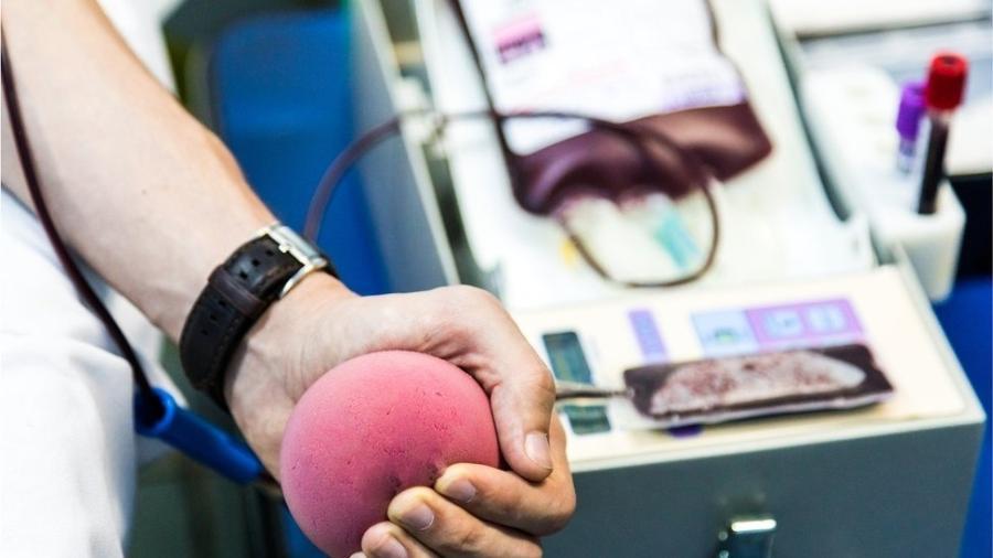 Dois estudos no Reino Unido verificam se a transfusão de material sanguíneo com anticorpos contra o vírus pode conferir dose instantânea de imunidade - Getty Images