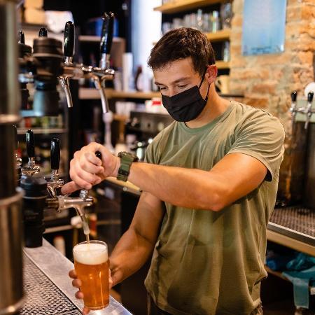 Setor de bares e restaurantes é um dos mais afetados pela pandemia - Getty Images