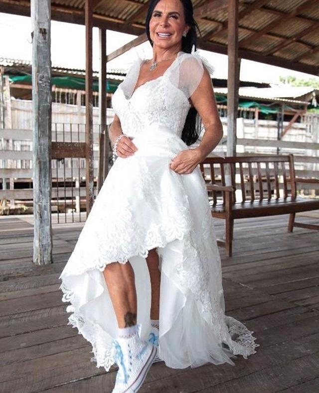 Gretchen mostra detalhes do seu vestido de noiva