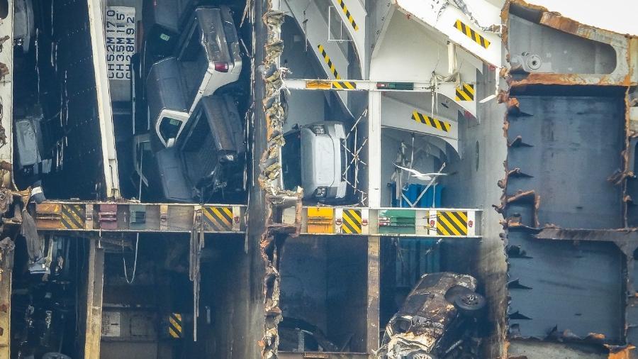 Foto da proa já recordada e deitada de lado exibe carro branco aparentemente intacto em meio a veículos enferrujados e retorcidos - Reprodução/Barry Barteau/Facebook