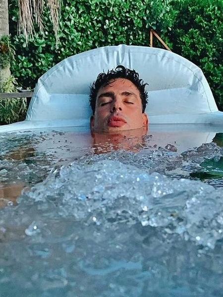 """Cauã Reymond compartilhou o momento """"relax"""" nas redes sociais - Reprodução/Instagram"""