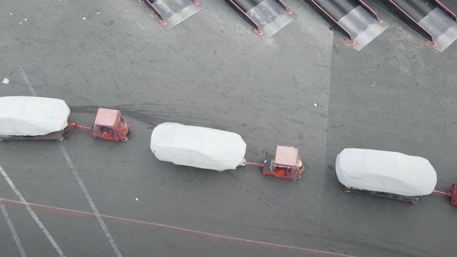 Carros cobertos em fábrica da Tesla - Divulgação