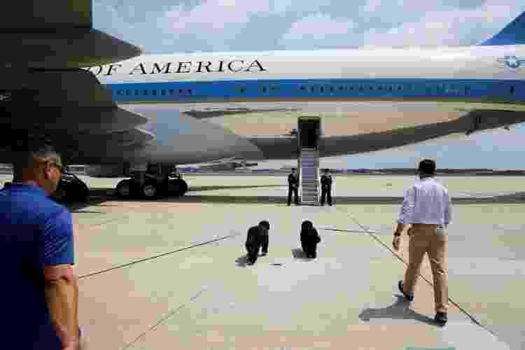 6.ago.2016 - Sunny e Bo, cachorros do presidente dos Estados Unidos, Barack Obama, se preparam para embarcar no Air Force One, o avião presidencial - Jonathan Ernst/Reuters - Jonathan Ernst/Reuters