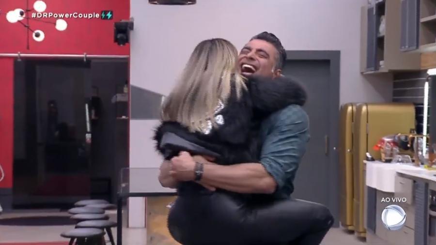 """Li Martins e JP Mantovani comemoram vitória após prova do """"Power Couple"""" - Reprodução/Record TV"""