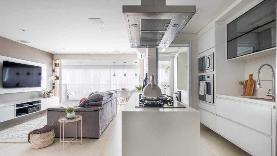 A importância de definir o modelo certo para a cozinha tem relação direta com o conforto dos moradores, principalmente em ambientes integrados - Nathalie Artaxo