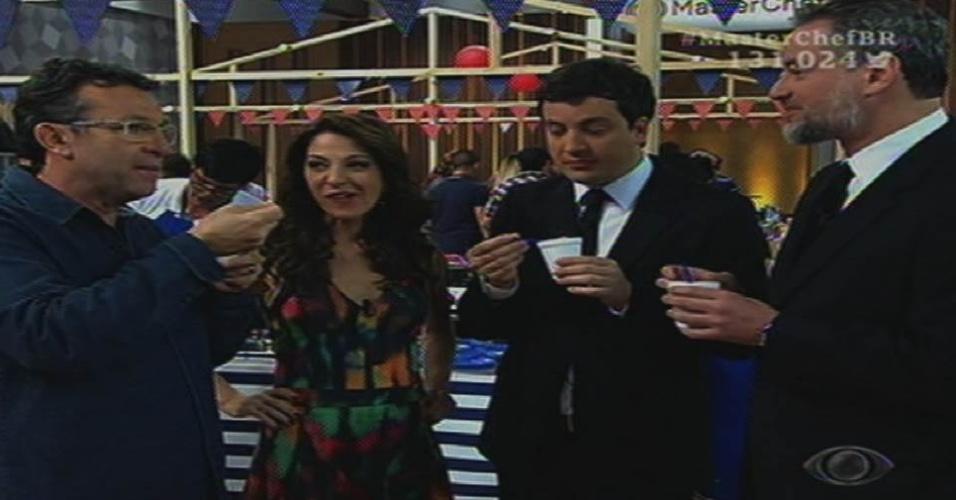 7.jul.2015 - Ana Paula Padrão ouve as análises de Neto, Rafael Cortez e Dan Stulbach sobre a comida dos participantes do