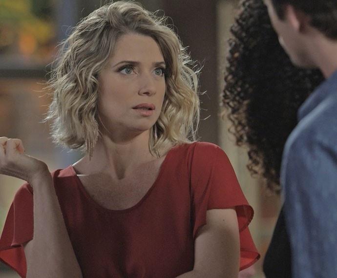 """30.jul.2015 - Soraya (Letícia Spiller) trata Patricia (Lucy Ramos) com preconceito em cena de """"I Love Paraisópolis"""""""