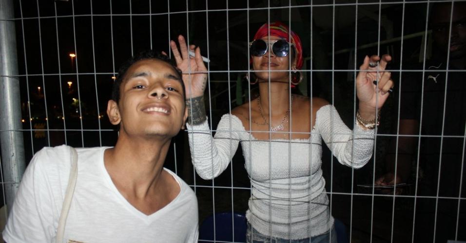 26.set.2015 - Rihanna é tietada por fãs em heliponto da Lagoa, antes de embarcar para a Cidade do Rock