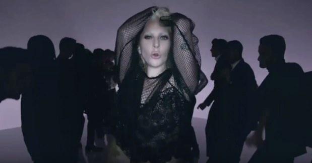 Lady Gaga encarna a modelo em vídeo de divulgação para a grife de Tom Ford