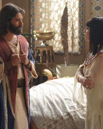 Moisés invade o quarto de Nefertari e implora para a rainha convencer Ramsés a libertar os escravos