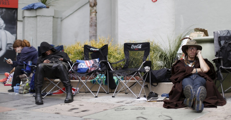 9.dez.2015 - Fãs aguardam na fila em frente ao teatro Chinês, em Hollywood, pela pré-estreia de
