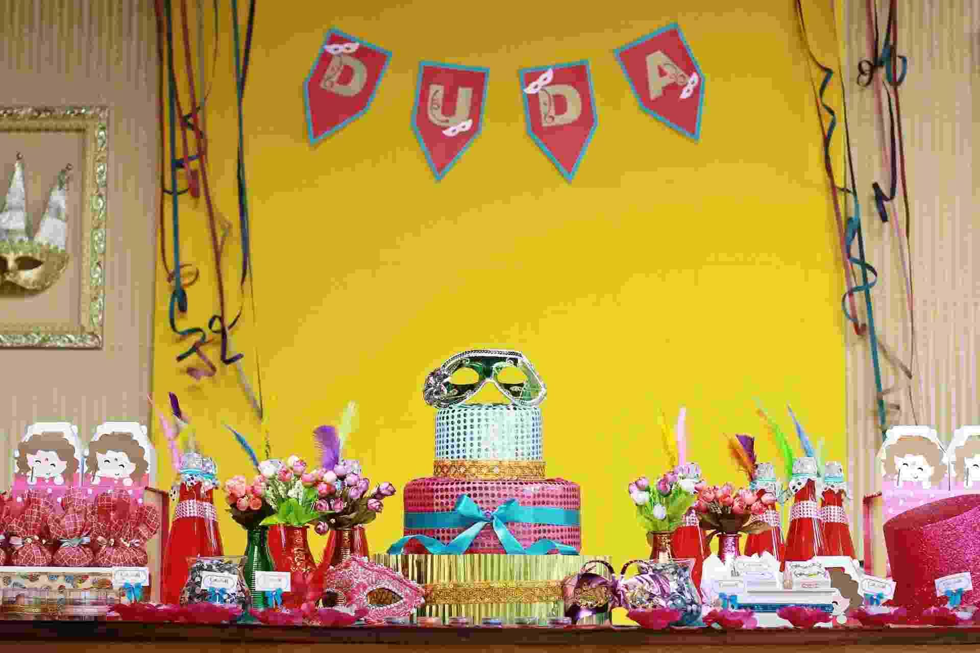 Para comemorar o aniversário de cinco anos da filha, que acontece em fevereiro, a mãe escolheu o tema Carnaval. A família e os amigos foram avisados que a festa, claro, seria à fantasia. Acima, a mesa principal do evento, decorado por Ana Paula Consolino, da Festejar (www.facebook.com/festejarubatuba) - Novaes Neto/Divulgação