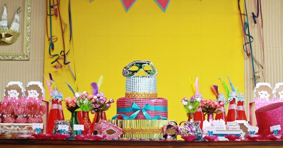 Para comemorar o aniversário de cinco anos da filha, que acontece em fevereiro, a mãe escolheu o tema Carnaval. A família e os amigos foram avisados que a festa, claro, seria à fantasia. Acima, a mesa principal do evento, decorado por Ana Paula Consolino, da Festejar (www.facebook.com/festejarubatuba)