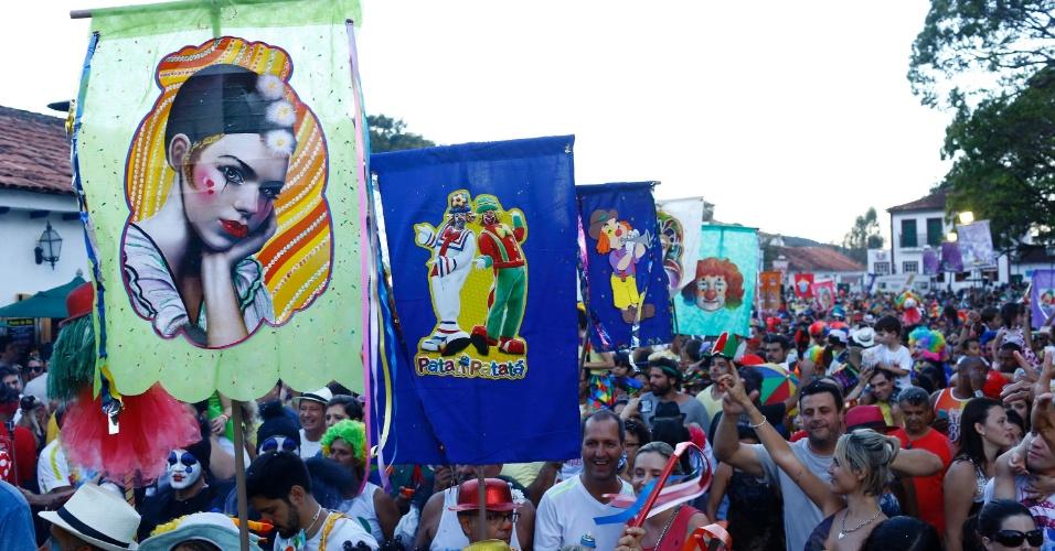 8.fev.2016 - O bloco Palhaçada invadiu as ruas de Tiradentes (MG) com uma multidão de palhaços foliões