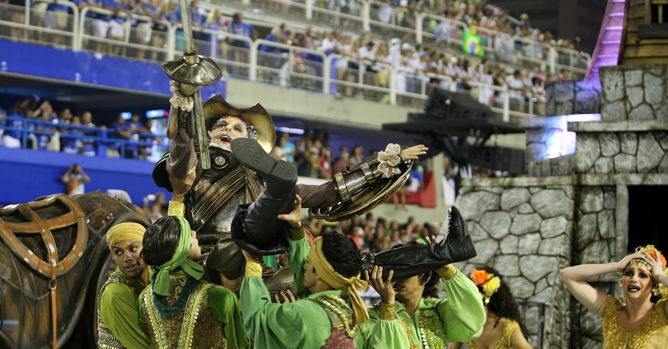 8.fev.2016 - Dom Quixote chega ao Brasil e depara-se com sua realidade no início do desfile da Mocidade