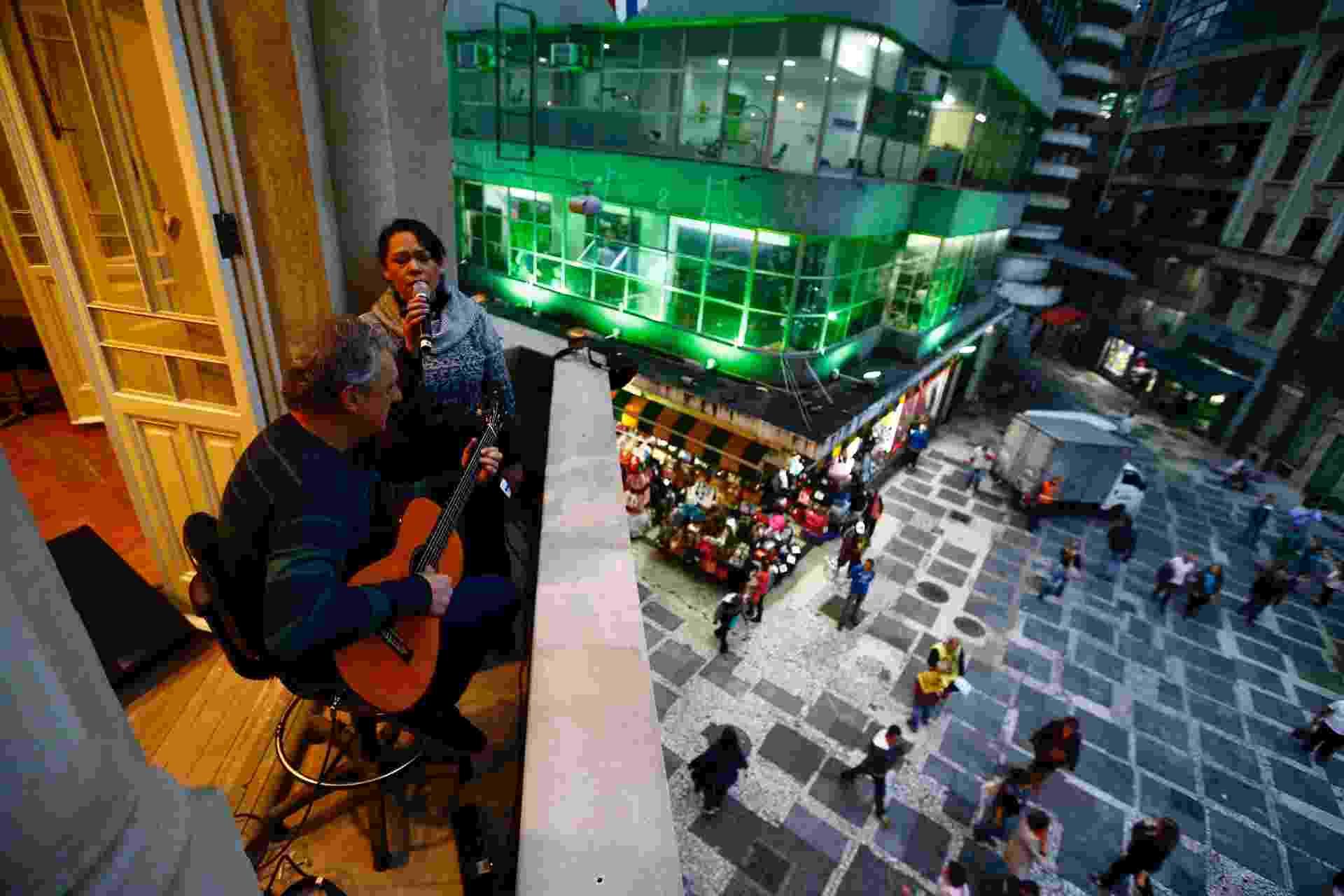20.mai.2016 -  Passagem de som de Dante Euzete e Patricia Barros no Palacete Tereza Toledo Lara - Adriano Vizoni/Folhapress