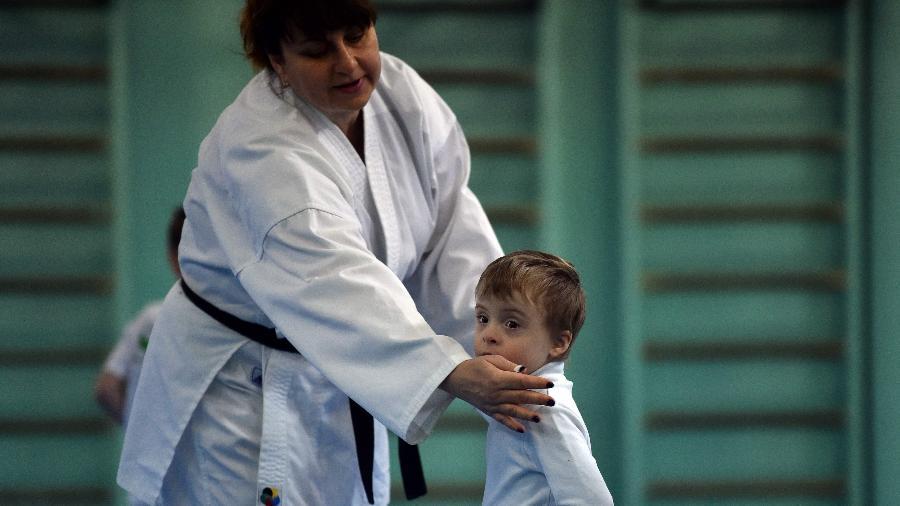 O menino Vova Tkachuk, que tem síndrome de Down, luta caratê na Ucrânia - Genya Savilov/AFP/Reprodução