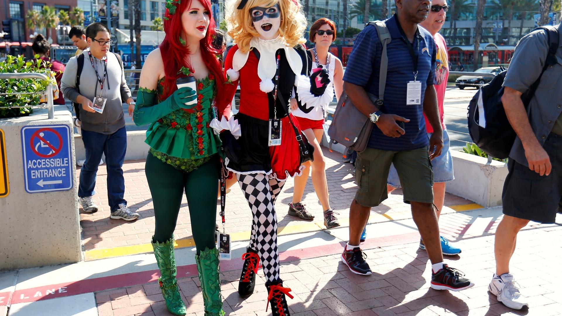 21.jul.2016 - Cosplayers se fantasiam como as personagens Erva Venenosa e Arlequina chegam na San Diego Comic-Con 2016