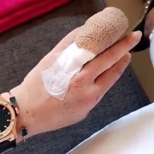 Lindsay Lohan mostra mão ferida - Reprodução/Instagram/lindsaycollector