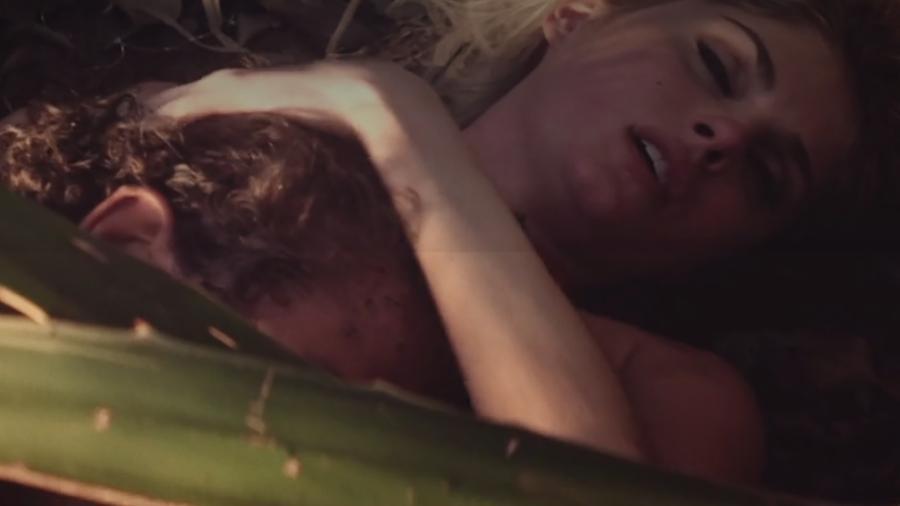 """Barbara Evans e Cauã Reymond como Lívia e Yaqub em cena da série """"Dois Irmãos"""" - Reprodução/TvGlobo"""
