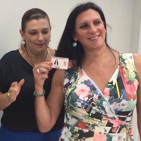 Marcia no momento em que recebeu a carteirinha - Reprodução/Facebook