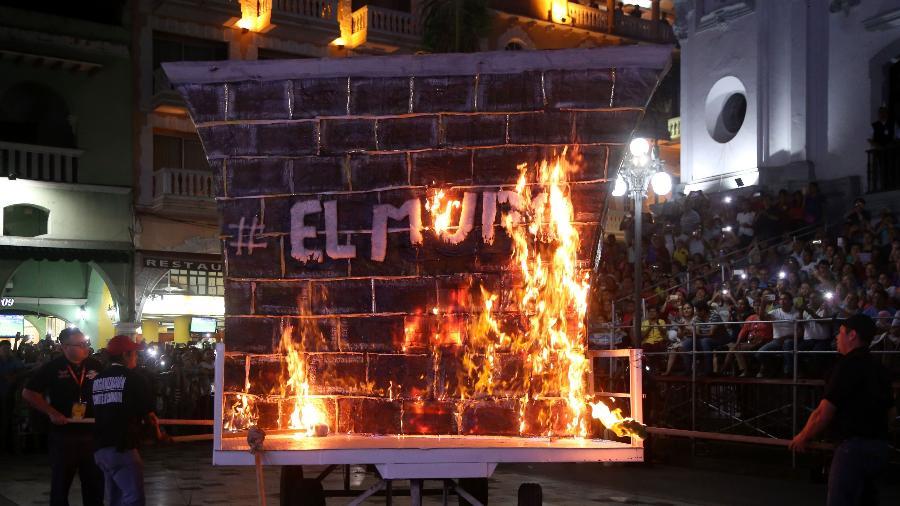 """22.fev.2017 - Mexicanos queimam """"Muro de Trump"""" no carnaval de Veracruz - Ilse Huesca/AFP"""