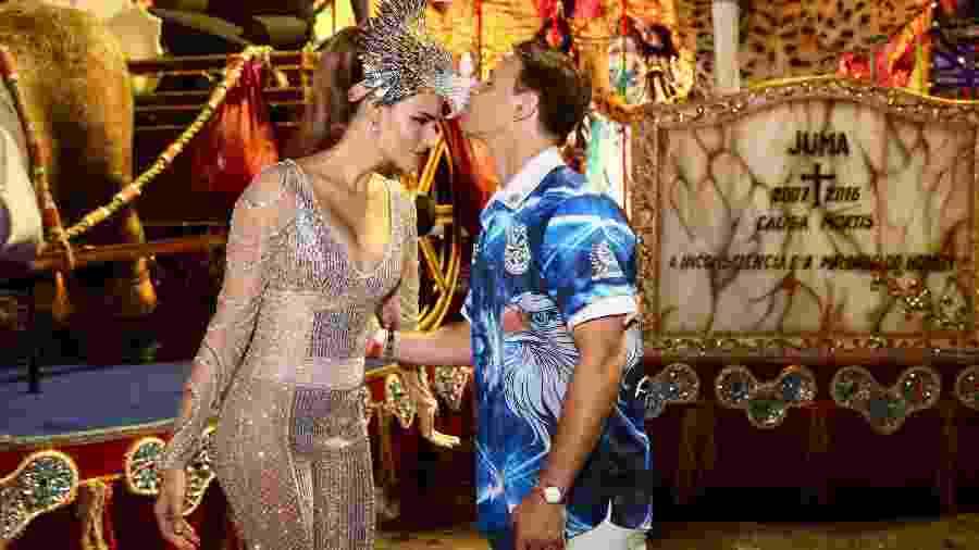 Murilo Rosa beija o bico de águia da fantasia da mulher, Fernanda Tavares, em desfile da Águia de Ouro - Manuela Scarpa/Brazil News