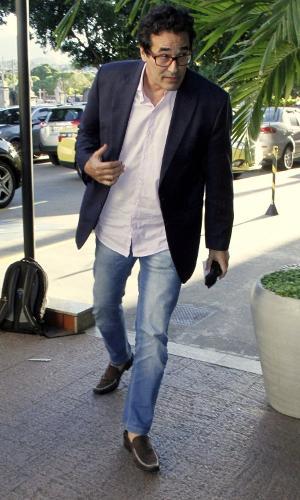 Luciano Szafir, pai de Sasha, chega ao velório do ex-sogro, Luiz Floriano Meneghel, no Memorial do Carmo, no bairro do Caju, no Rio