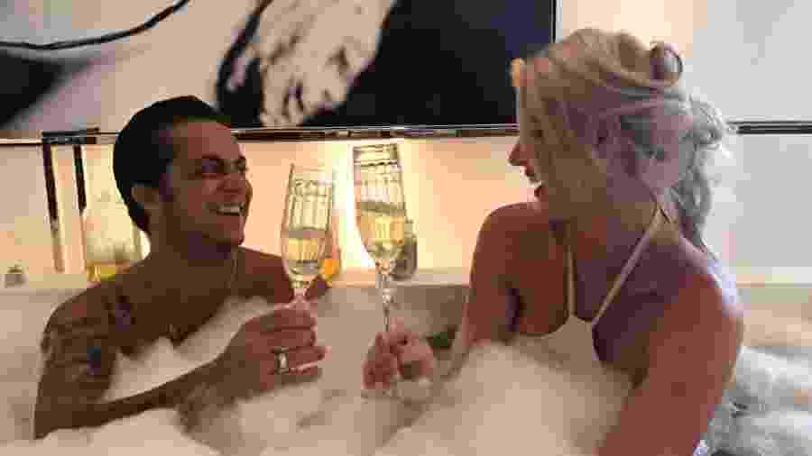 Thammy Miranda na banheira com Val Marchiori - Divulgação