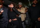 Cercados de seguranças, The Weeknd e Selena Gomez desembarcam em São Paulo - Raphael Castello / Ag News