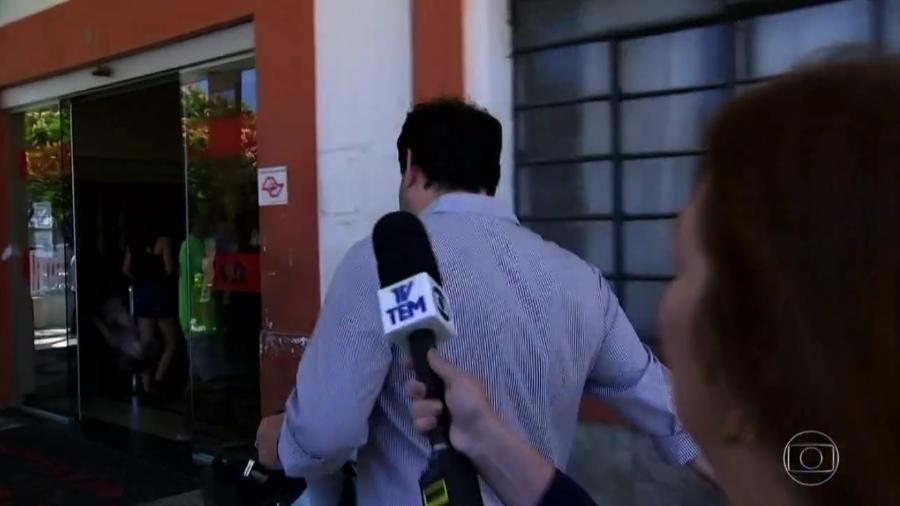 O cirurgião plástico Newton Canicoba correu para fugir da repórter Daniela Golfieri, da TV Tem, afiliada da Globo - Reprodução/TV Globo