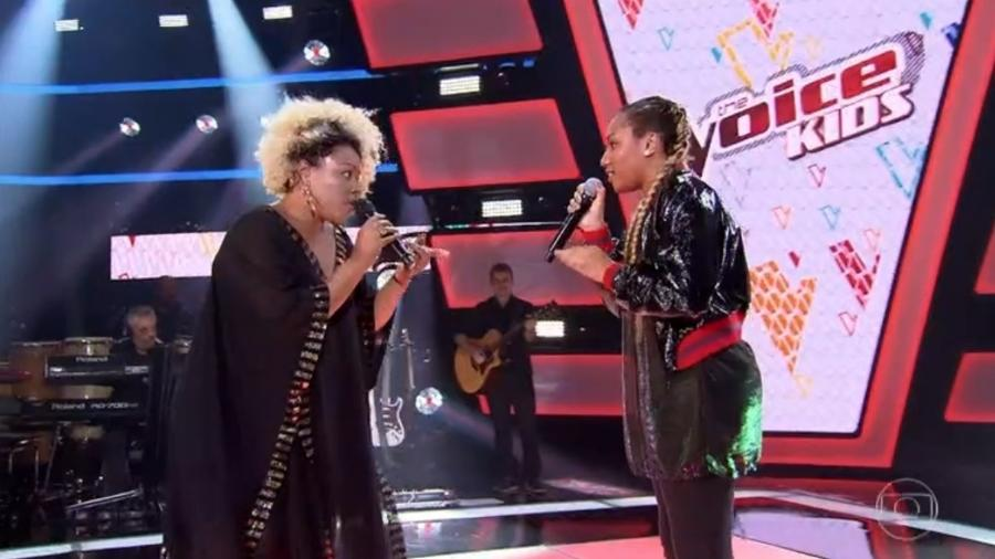 """Talita Cipriano canta com a mãe Deise, integrante do Fat Family, no """"The Voice Kids"""" - Reprodução/Globo"""