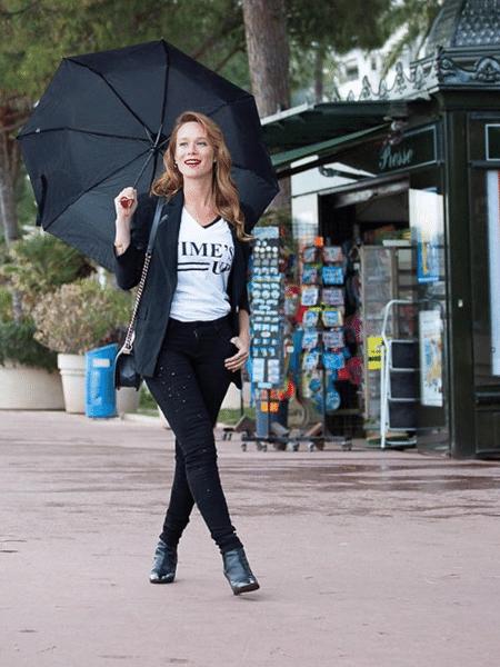 """Mariana Ximenes veste — literalmente — a camisa do movimento """"Time""""s Up"""", contra o asséido, pelas ruas de Cannes - Reprodução/Instagram"""