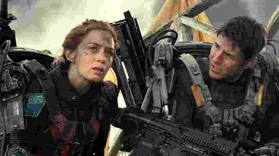 """Tom Cruise e Emily Blunt em cena de """"No Limite do Amanhã"""" (2014) - Divulgação"""