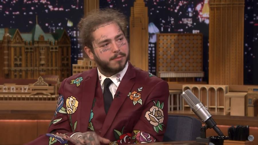"""O rapper Post Malone participa do programa """"The Tonight Show"""" com Jimmy Fallon - Reprodução/YouTube"""