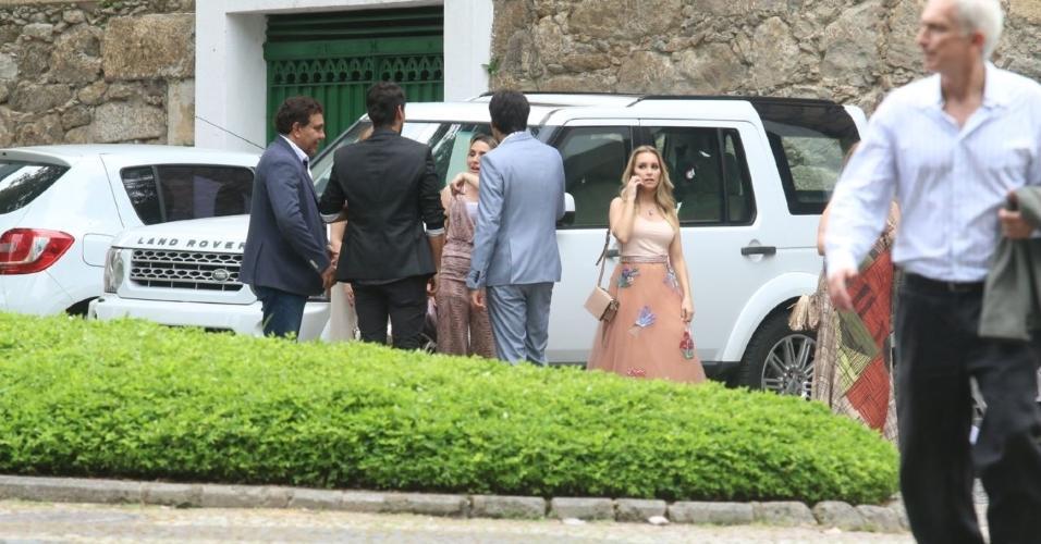 Atriz Carla Diaz comparece ao casamento no Rio de Janeiro