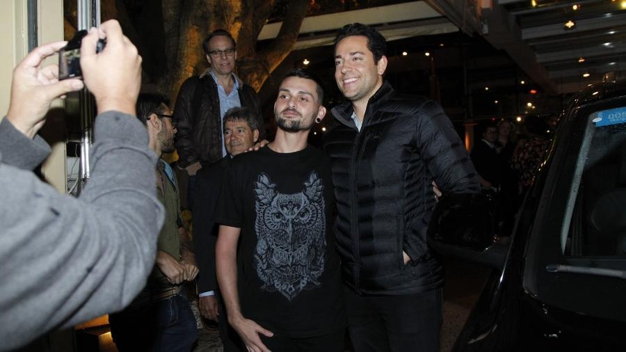 Zachary Levi tira fotos com fãs na porta de restaurante em São Paulo - Marcello Sá Barretto/Brazil News
