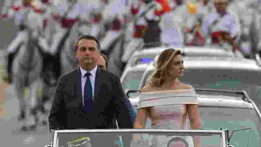 Michelle Bolsonaro ao lado do presidente Jair Bolsonaro durante o percurso até a cerimônia de posse - Carl de Souza/AFP