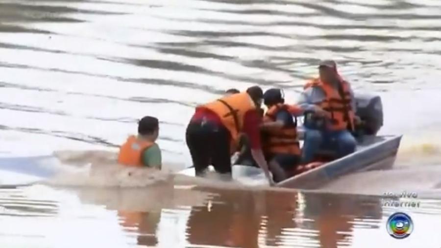 Ao vivo, repórter da Globo passa susto em barco que afunda em SP - Reprodução/TV TEM/TV Globo