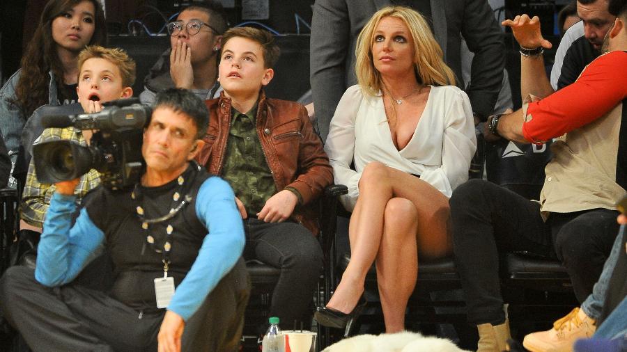 Britney Spears assiste a um jogo de basquete no Staples Center, em Los Angeles, acompanhada dos filhos Sean Preston e Jayden James - Allen Berezovsky/Getty Images