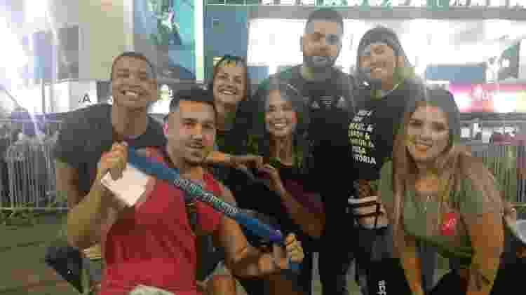Guilherme Ayres (de vermelho) e os amigos no show de Sandy e Junior - Carolina Farias/UOL