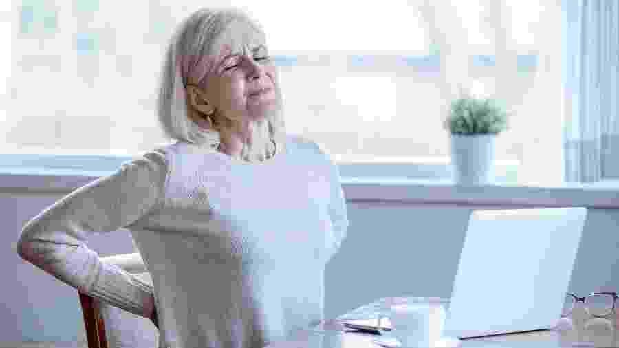 Dor nas costas também pode ser sinal de infarto e merece atenção especialmente de mulheres, idosos e pessoas com diabetes - iStock