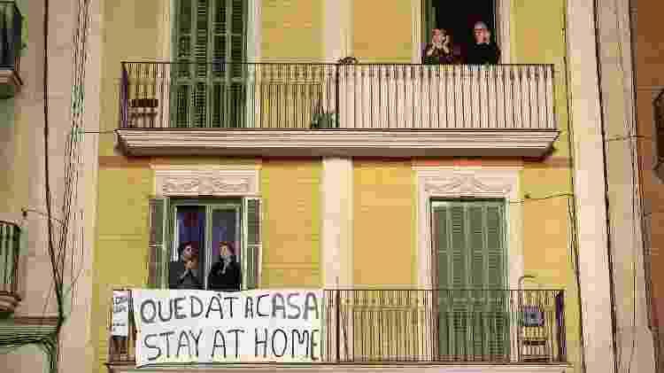 Os aplausos nas janelas seguem, mas abafados por sirenes incluídas na homenagem aos profissionais de saúde - David Ramos/Getty Images