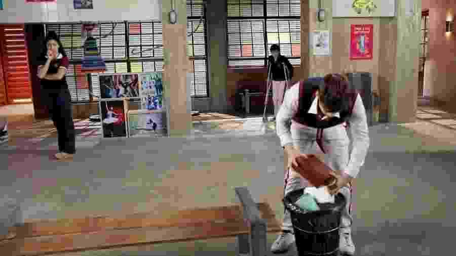 Bento flagra Luca jogando uma máscara no lixo - Lourival Ribeiro/ SBT