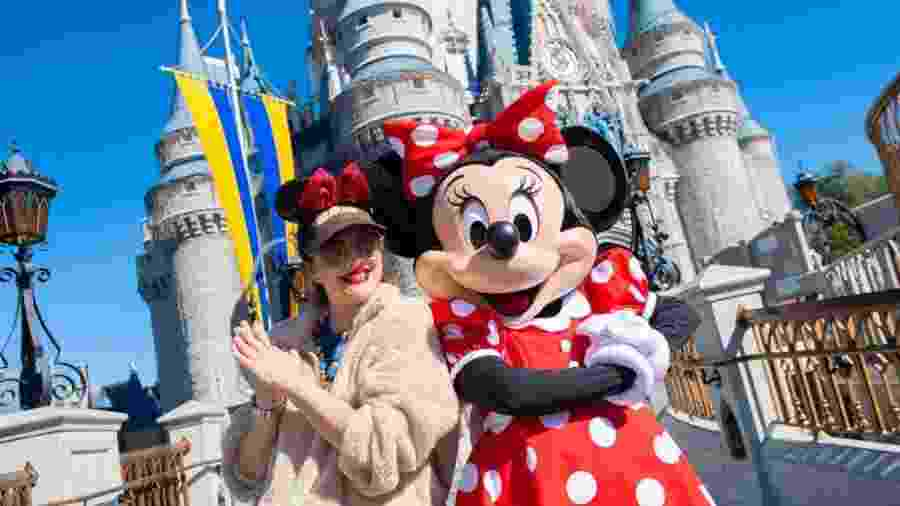 25.jan.2020 - A atriz Drew Barrymore posa ao lado da Minnie em frente ao Castelo da Cinderela, no Magic Kingdom, principal parque do Disney World - Abigail Nilsson/Walt Disney Resorts via Getty Images