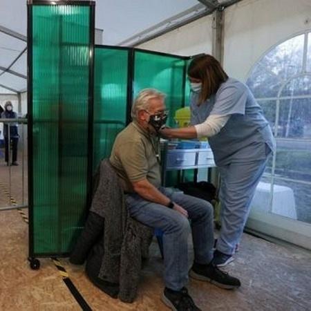 idoso sendo vacinado, BBC - Reuters