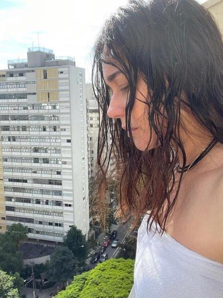 Alessandra Negrini posa somente de toalha  - Reprodução / Instagram