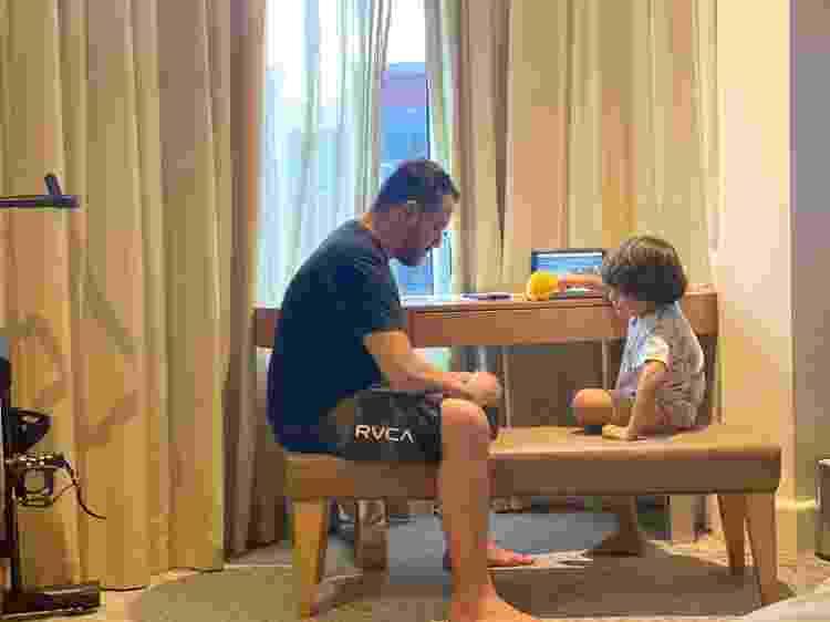 Juliano e o filho no quarto do hotel onde ficaram em quarentena por duas semanas na Austrália - Arquivo pessoal - Arquivo pessoal