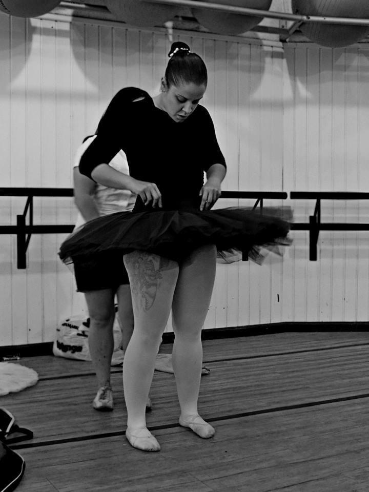 Ex-obesa, Luciana Soares da Costa, 28 anos, perdeu 38 kg após começar a fazer balé. Hoje ela dá aula de dança a crianças.
